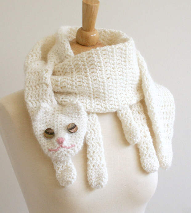 Вязаный белый шарф-кошка. Фото