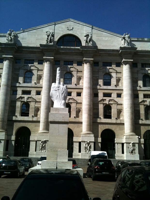 Памятник Среднему пальцу, Милан, Италия, Европа