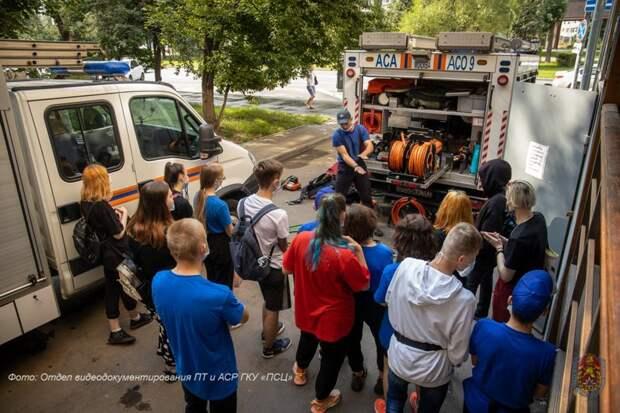 Герои без плащей: московские школьники познакомились с работой пожарных и спасателей