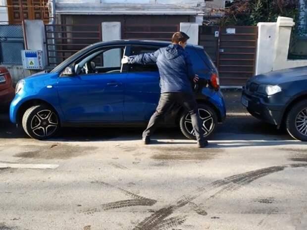 Водитель вручную паркует smart Forfour (ВИДЕО)