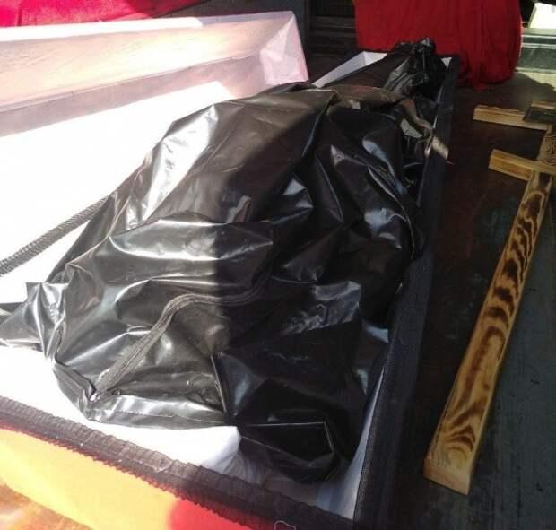 В России заслуженную труженицу тыла захоронили в пакете