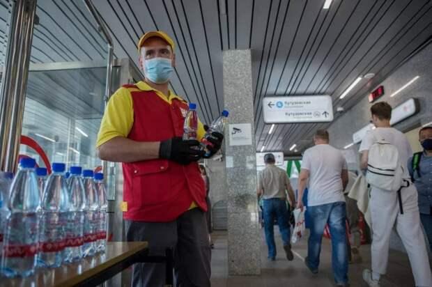 На «Панфиловской» раздают бесплатную воду из-за жары