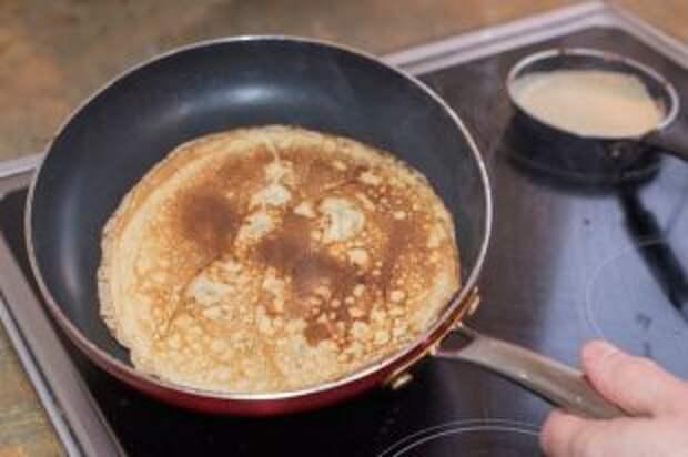 Почему блины прилипают к сковороде и плохо переворачиваются?