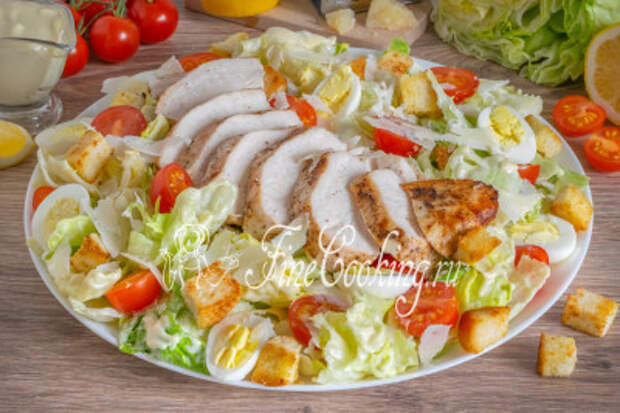 Очень вкусный и ароматный, красивый и аппетитный, с разнообразием текстур и вкусов домашний салат Цезарь с курицей - отличное блюдо для праздничного стола