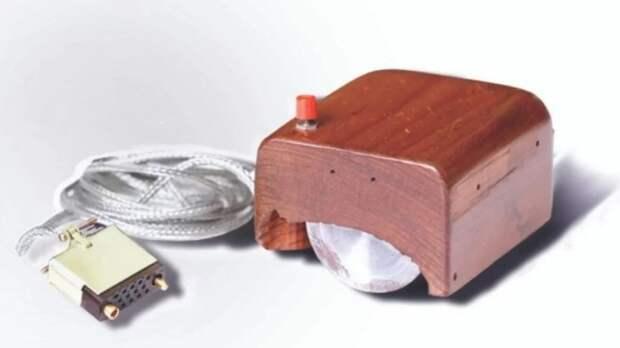 Деревянная коробочка всего с одной кнопкой – так выглядел прототип компьютерной мыши. /Фото: thetechfacts.com