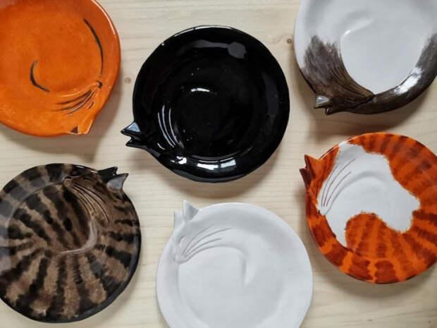 12 прекрасных декоративных тарелок ввиде уютно свернувшихся кошек