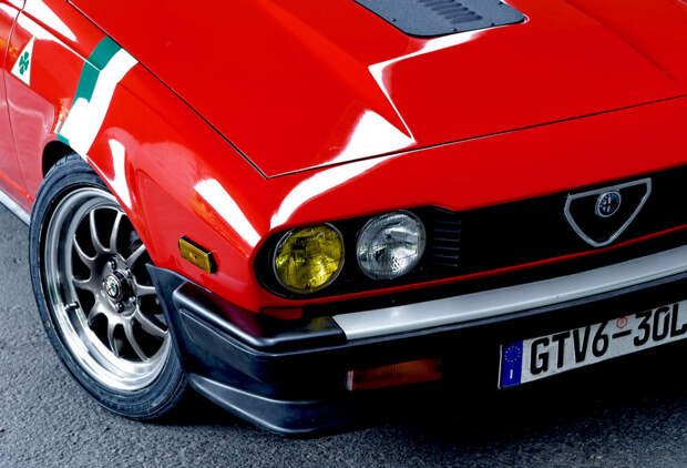 Молодожены вдвоём восстановили Alfa Romeo GTV6