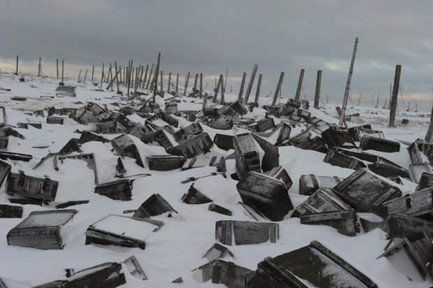 Брошенные ящики на территории бывшей военной части.
