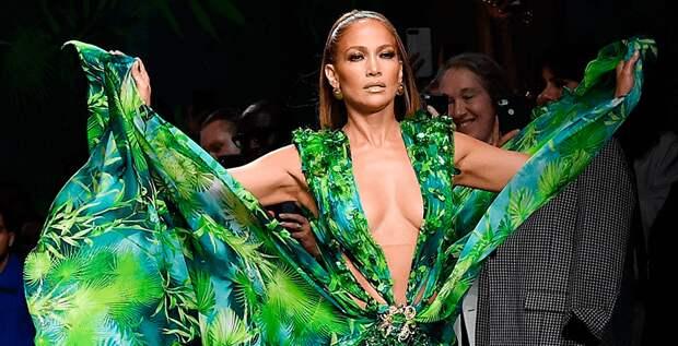 Дженнифер Лопес закрыла шоу Versace в легендарном зеленом платье