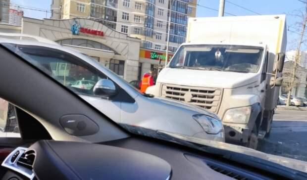 Грузовик с фургоном ударился о столб и вылетел на встречку в Екатеринбурге
