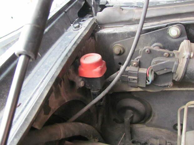 Обнаружил необычную красную кнопку под капотом автомобиля. Узнал, зачем она нужна