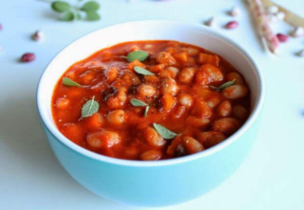 Жарим фасоль вместо мяса: рагу с луком и томатным соком