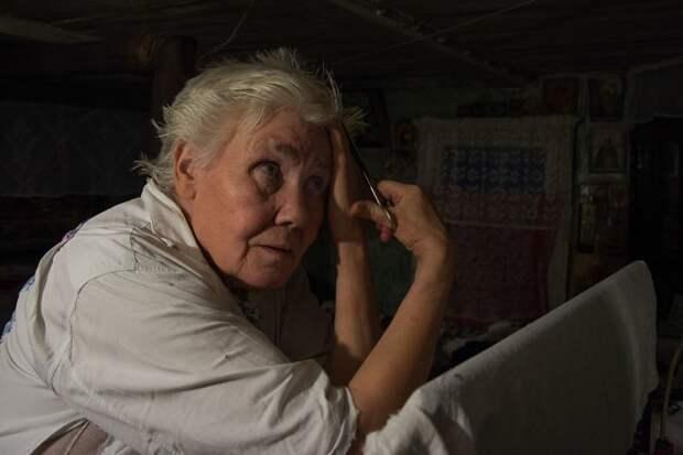 Сама себе парикмахер деревня, жизнь, жительница, история, псков, россия, фотография
