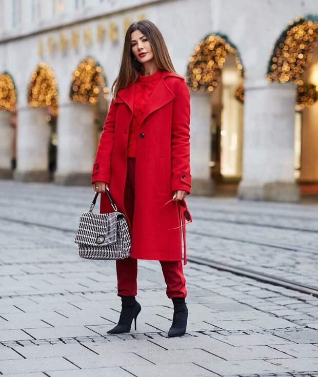 Роскошное красное пальто на зиму. /Фото: kadda.ru
