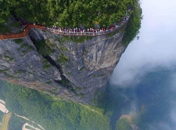 """Вид сверху на """"Извивающегося дракона"""" на горе Тяньмэнь"""