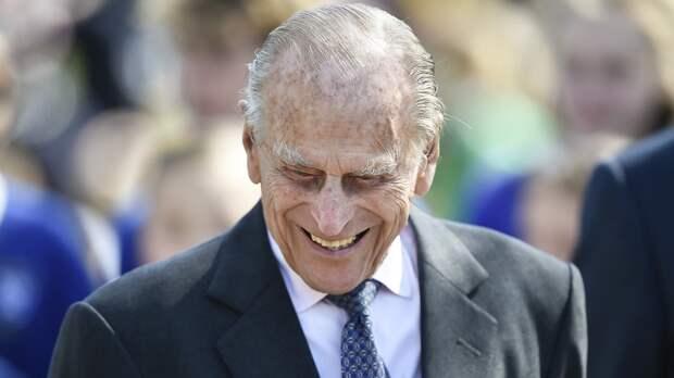 Появилось неопубликованное фото принца Филиппа с правнуками