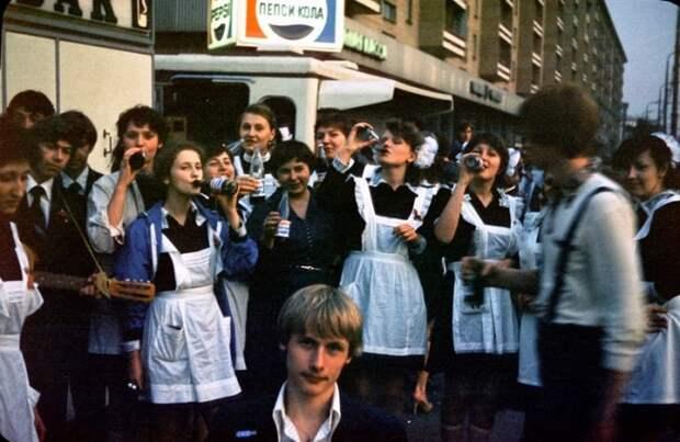 Выпускники школы празднуют окончание учебы.