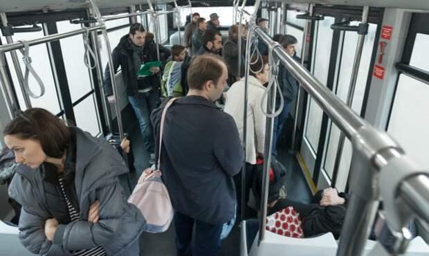 Опасная воровка карманница в переполненном автобусе