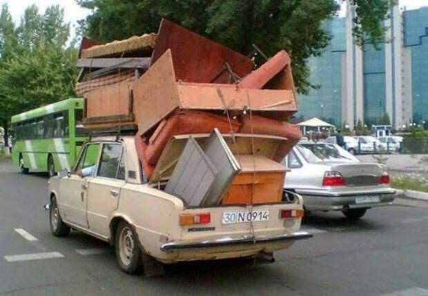 Сезонная миграция мебели на дачу.   Фото: Алтапресс.