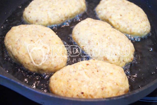 Обжарить на сковороде с растительным маслом, с двух сторон.