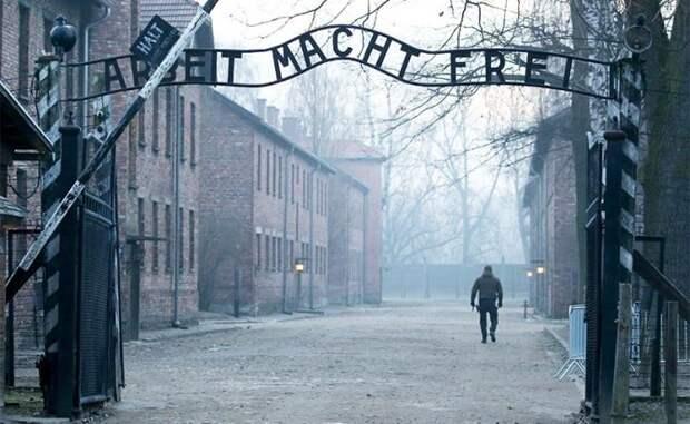 На фото: Освенцим. Вход на территорию бывшего концентрационного лагеря Аушвиц-Биркенау