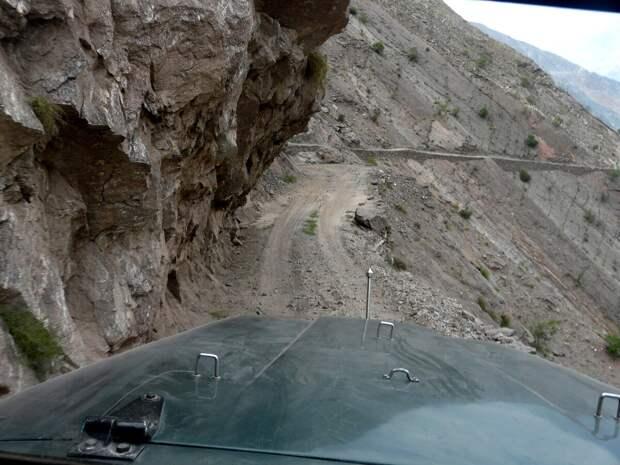 Нависшие над дорогой скалы