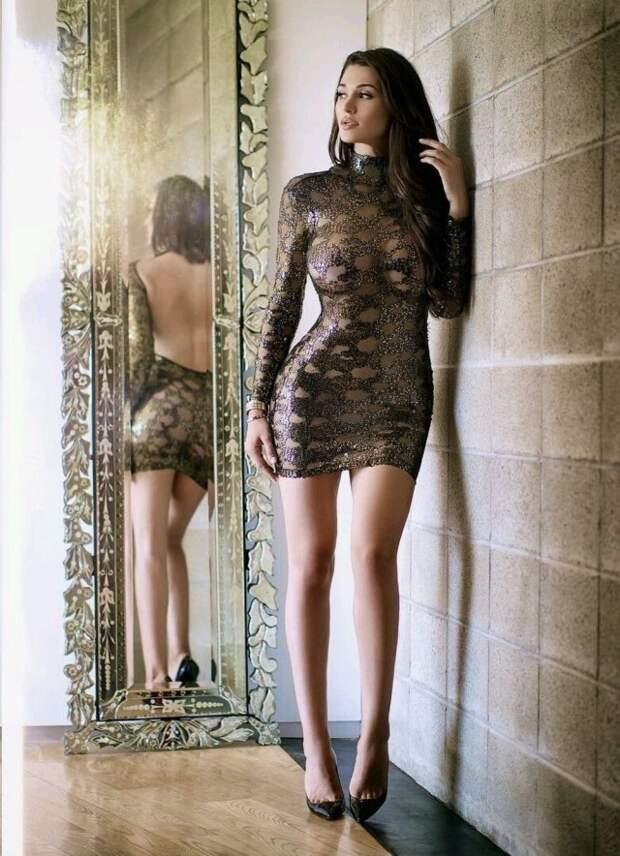 Симпатичные девушки в обтягивающих платьях