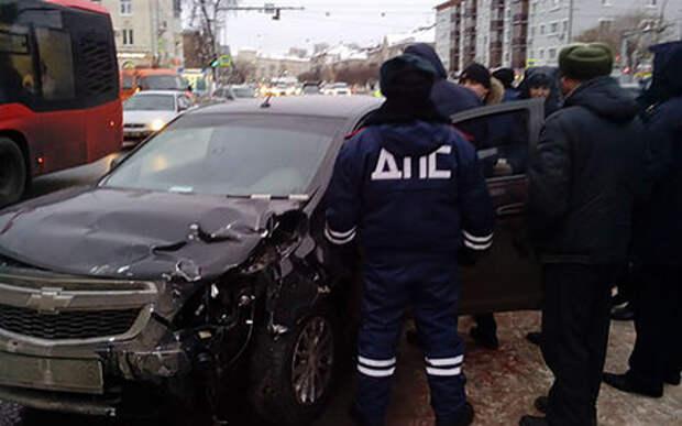 Водитель прокатил инспектора ДПС по встречке и попал в аварию