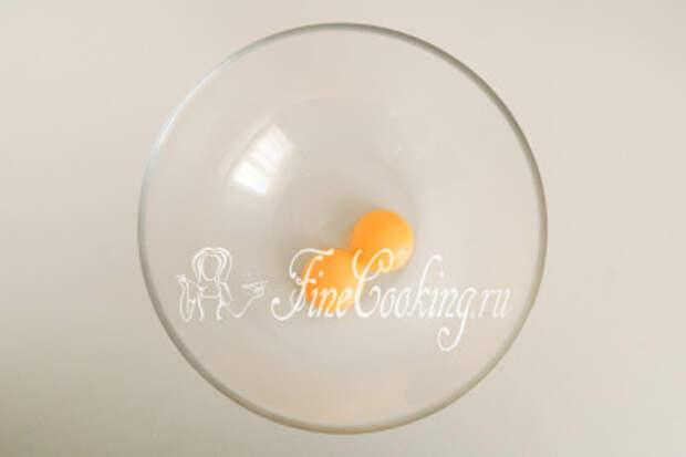В миску кладем 2 свежих яичных желтка