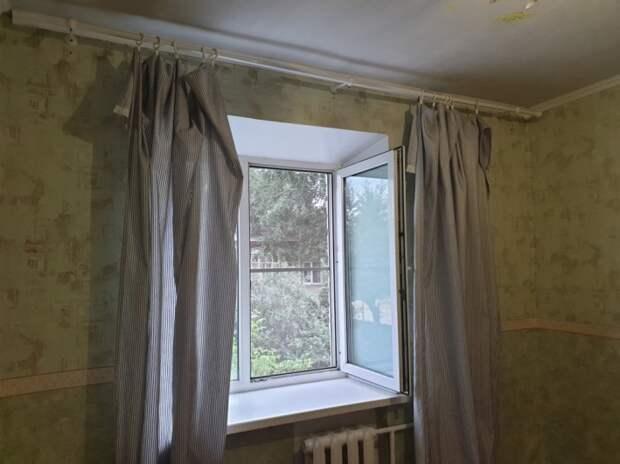 В комнате есть окно