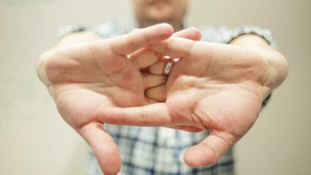 Почему люди хрустят пальцами?