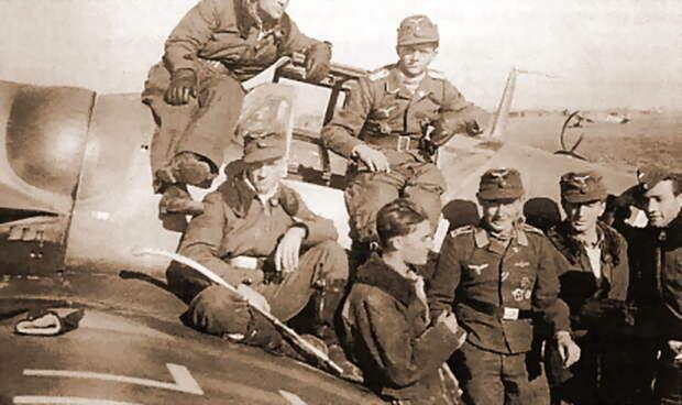 Лётчики эскадрильи 6./JG 52 у одного из своих «Мессершмиттов» Bf 109G-6. Третий справа — Хайнц Заксенберг - Сава и Мартын | Военно-исторический портал Warspot.ru