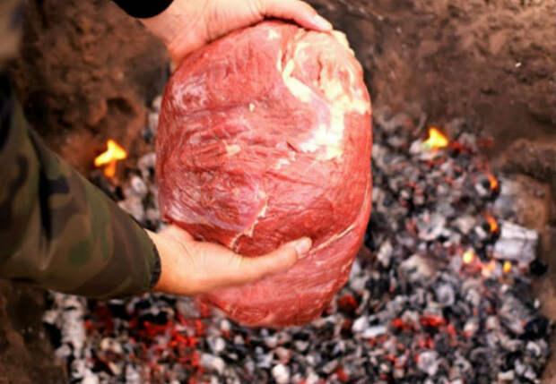 Выкопали яму и запекаем 5 килограмм мяса в земле