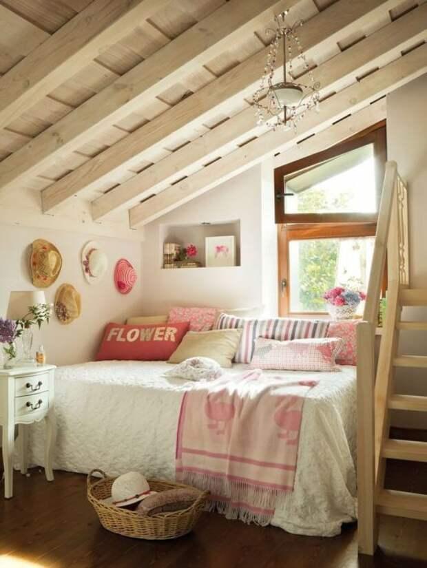 Напольное покрытие теплого древесного оттенка - отличное решение для любой спальной комнаты.