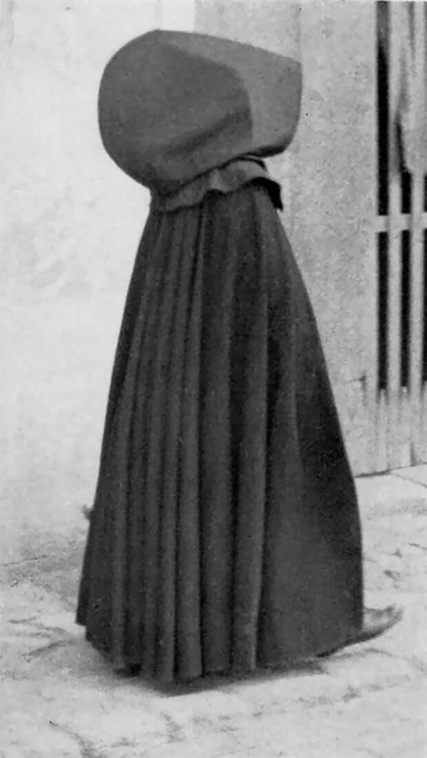 Старинные фото португальских женщин в гигантских капюшонах с Азорских островов