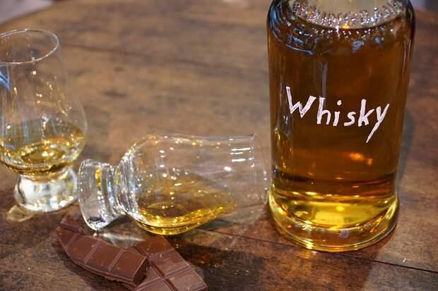 Заначка бутлегера: в стене дома в США нашли 60 бутылок столетнего виски