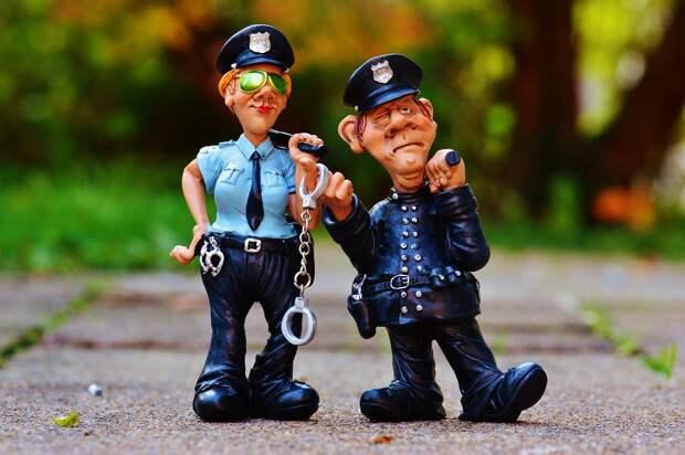Двое полицейских в Канаде смеялись и фотографировались рядом с трупом