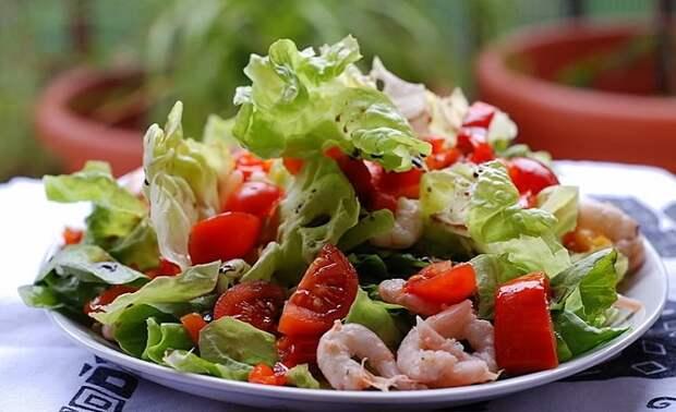 В салате с креветками и помидорами может быть много овощей и мало морепродуктов. / Фото: dosinki.su
