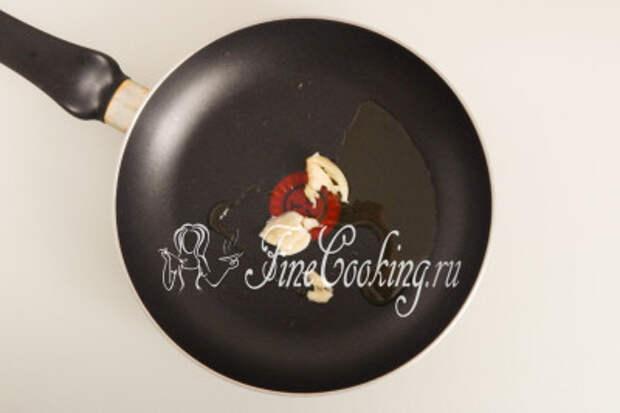 В сковороде разогреваем по 1 столовой ложке оливкового и сливочного масла