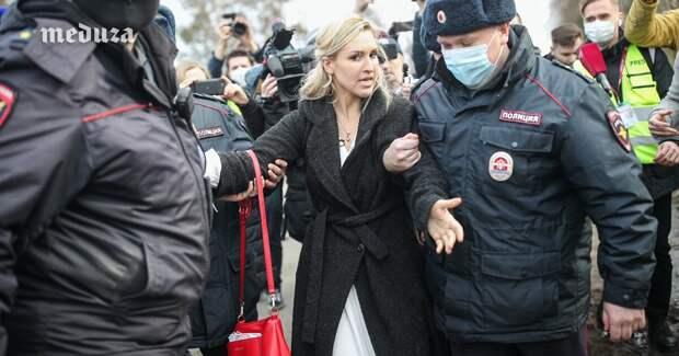 Анастасия Васильева возле колонии в Покрове