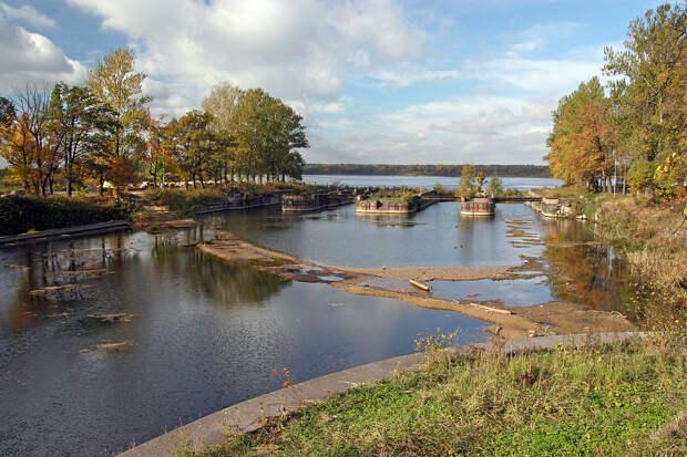 1024px-Ladoga_canal_sluice.jpg