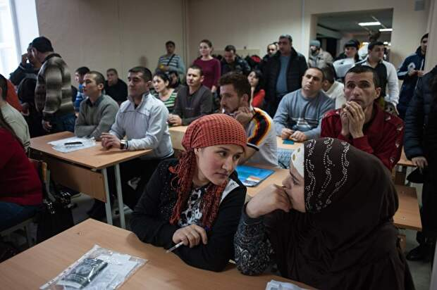 Сдача экзаменов мигрантами