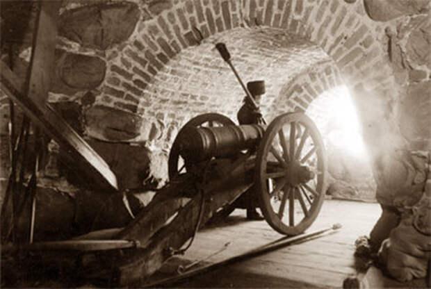Пушка в башне Соловецкой крепости