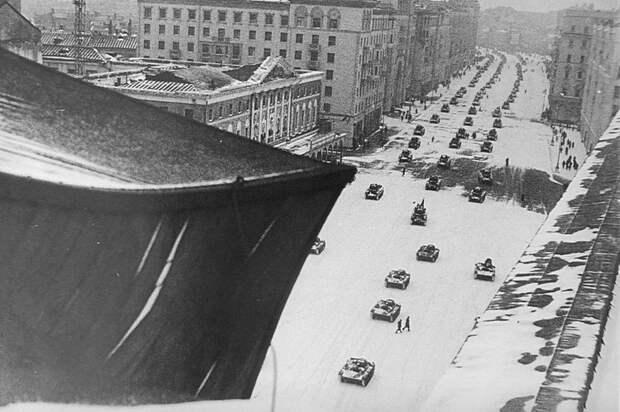 Советские танки движутся по улицам Москвы на военный парад на Красной площади, состоявшийся 7 ноября 1941 года. Велика Отечественная война, История Родины, СССР