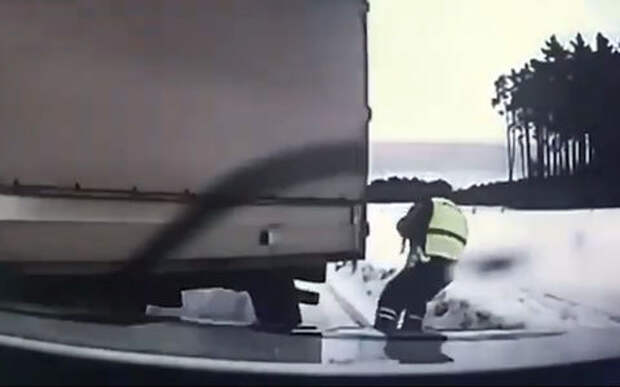 Вот это реакция: полицейский спасается от фуры