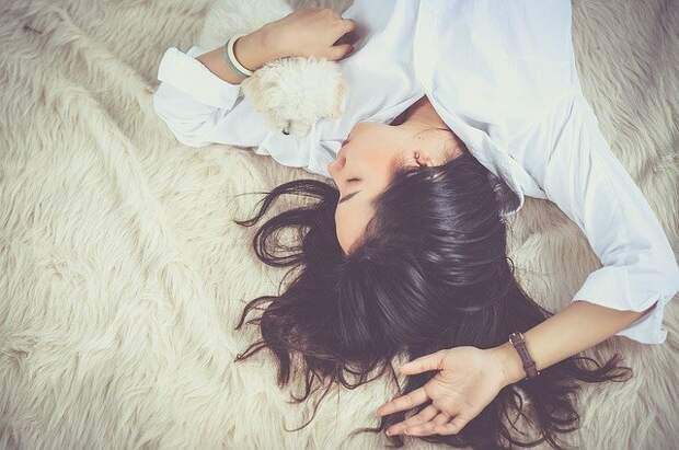 девушка спит в обнимку с собачкой