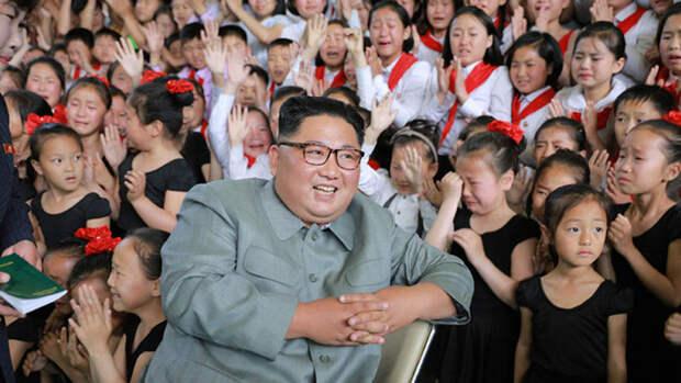 Опубликовано фото смеющегося Ким Чен Ына в окружении рыдающих детей