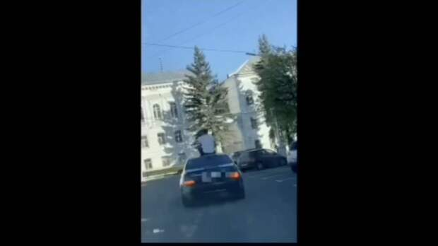 По улицам Твери мужчина ехал на крыше «Мерседеса»
