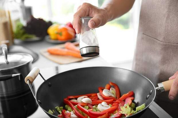 Не нужно класть слишком много соли в блюдо. / Фото: beautyhack.ru
