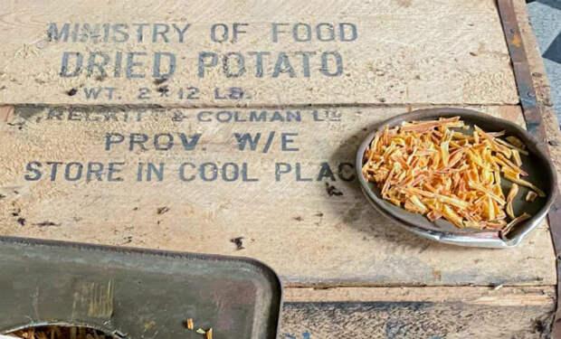 Ящики с картошкой стояли на складе со Второй Мировой. Мужчина решил открыть посмотреть, что стало с едой за 80 лет